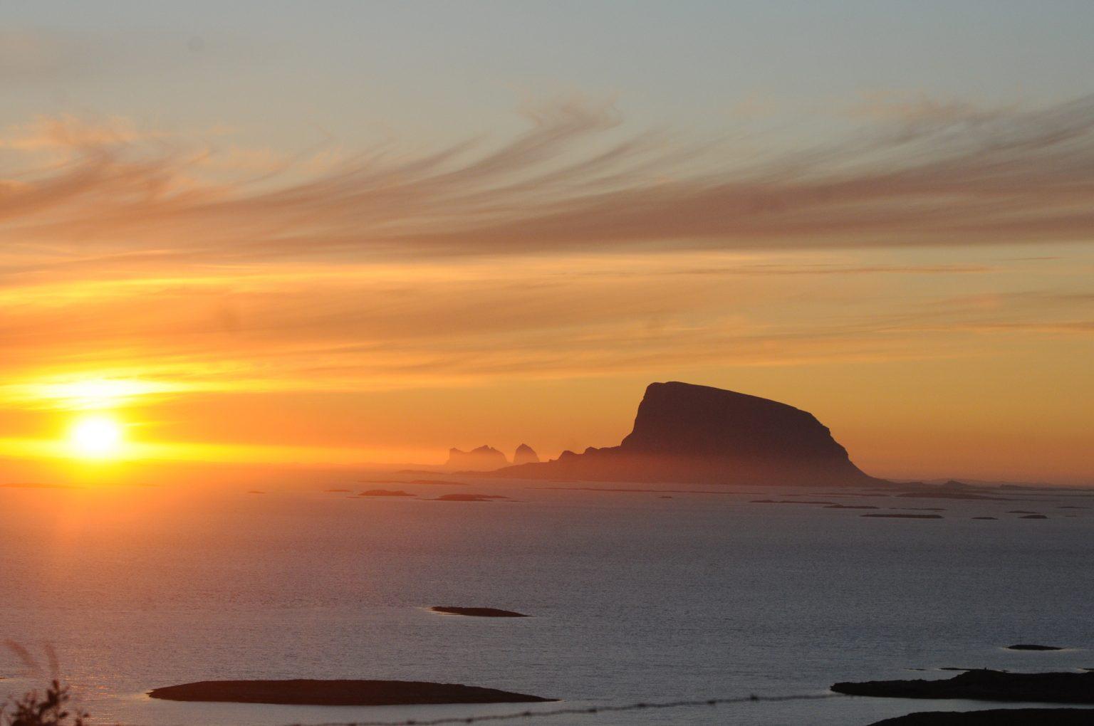 Lovund i solnedgang. Foto. Olav Breen