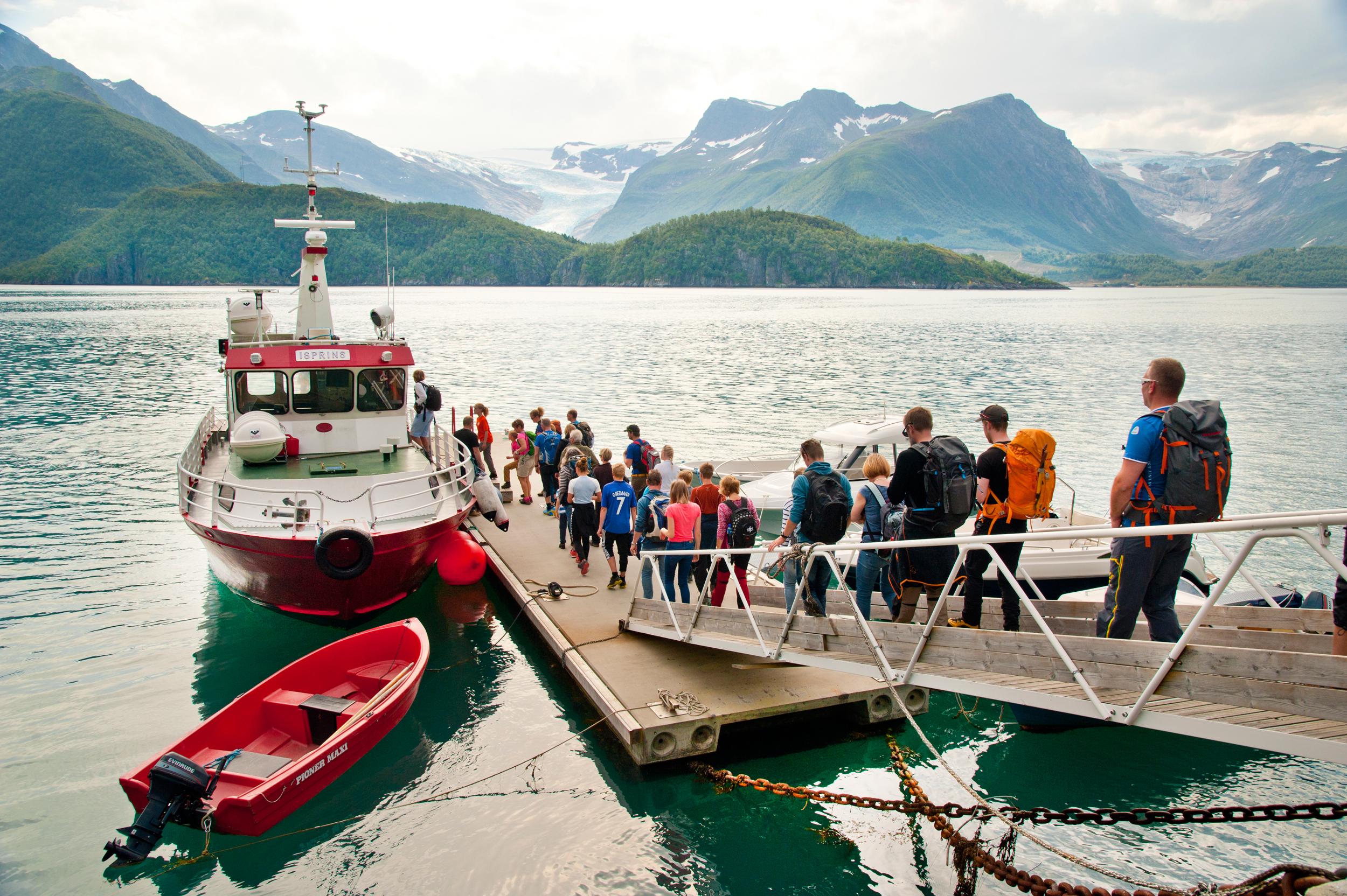 Båten over til Svartisen. Foto: Olav Breen