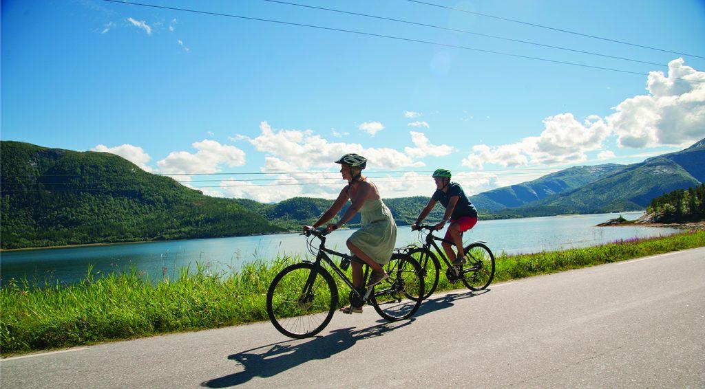 Med sykkel i Bindal. Foto: Olav Breen