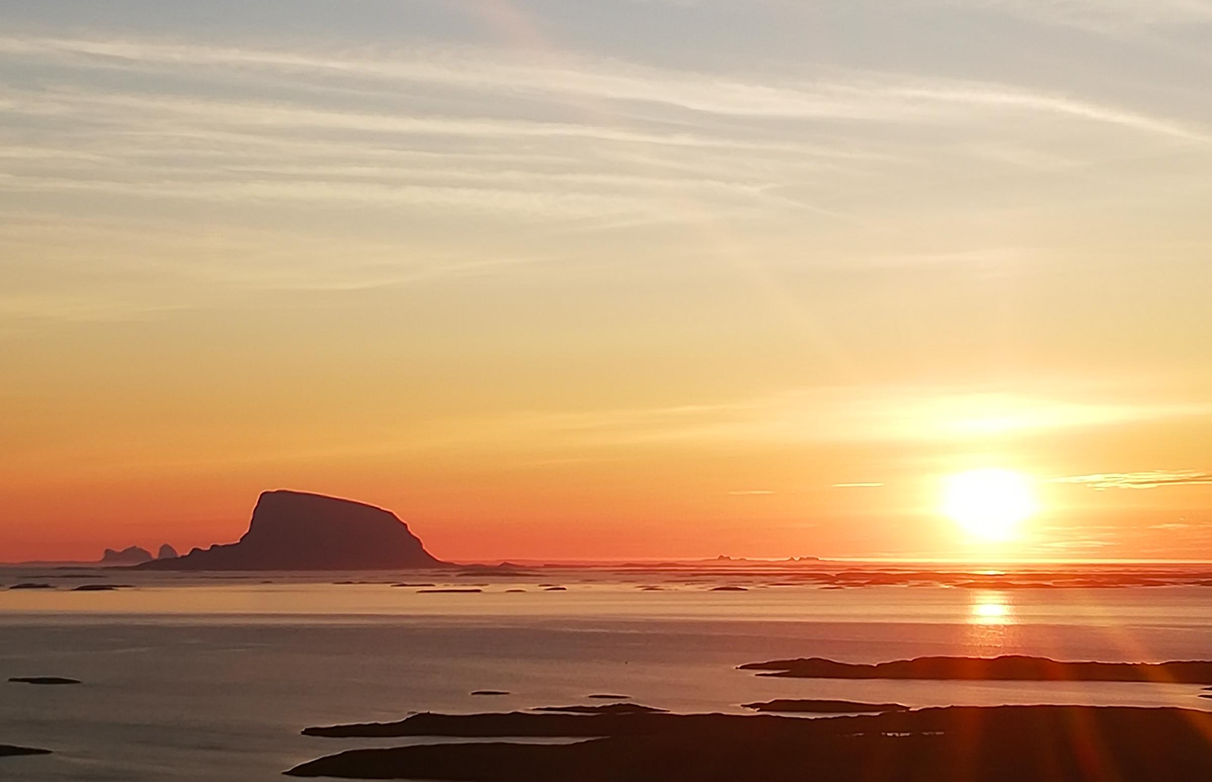 Utsikt mot Lovund og midnattsol fra Dønnesfjellet